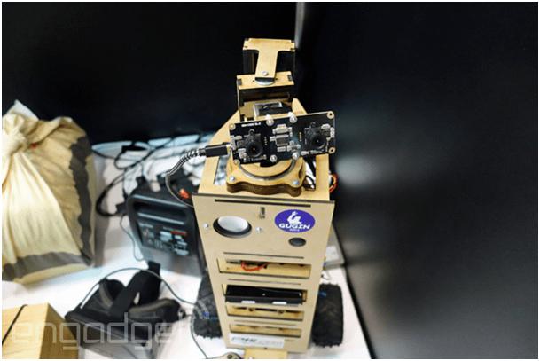 Robot z zamontowanymi kamerkami. Wygląda prawie jak z filmu Wall'e!
