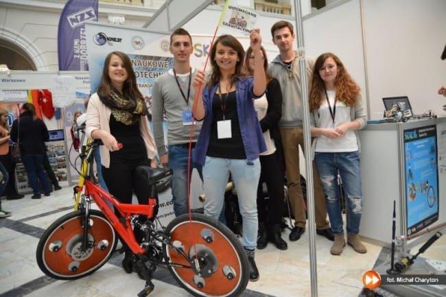 KNEST podczas Targów Kół Naukowych KONIK, na zdjęciu rower o koła grawitacyjnych Hoene-Wrońskiego