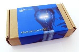 Moduł Intel Edison wraz z płytką rozszerzającą,