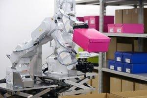 Dwuramienny robot-magazynier posegreguje produkty