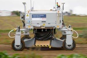 Wielki robot miażdży chwasty