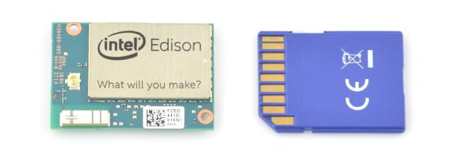 Porównanie Intel Edison i karty SD.