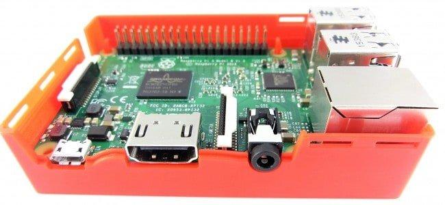 Złącze HDMI na środku panelu bocznego.