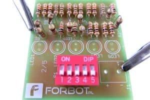 Dip-switch włożony w PCB.