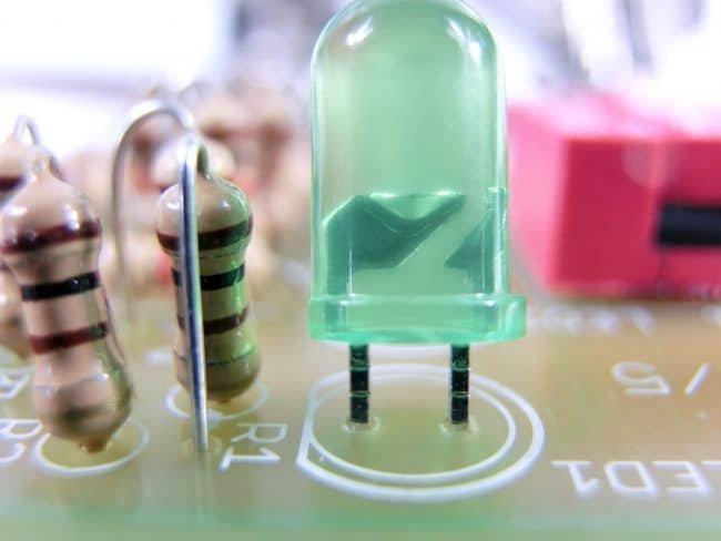 Zgrubienie na nóżkach diody.