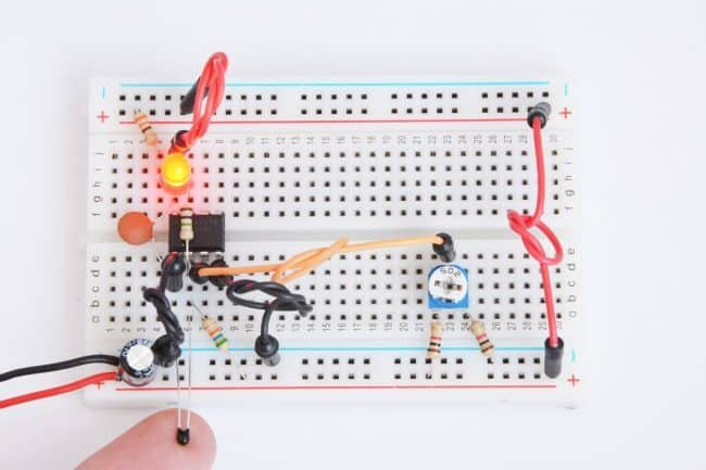 Dioda włączona po podgrzaniu czujnika (termistora) palcem.
