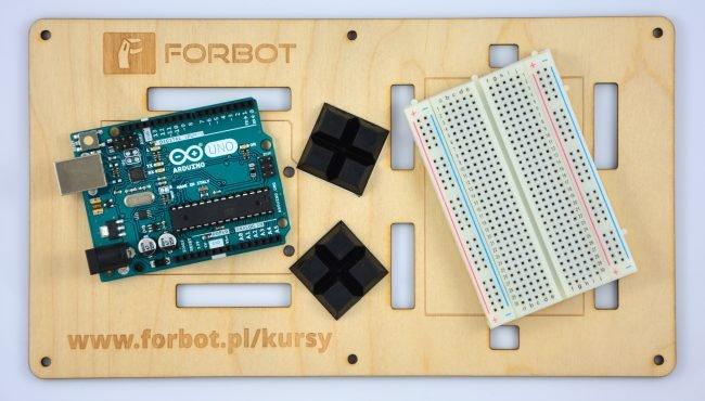 Drewniana podstawka pod Arduino dołączona do zestawów,