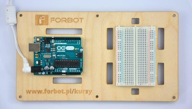Arduino i płytka stykowa zamontowana na podstawce.