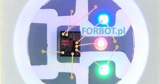 Czarny prostokąt to sterownik znajdujący się wewnątrz diody programowalnej.