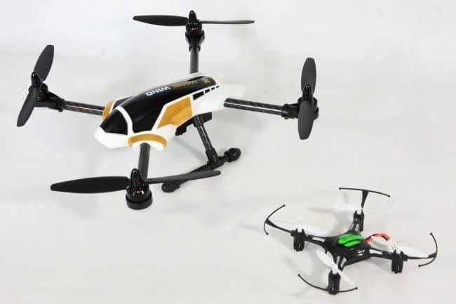 XK X251 w porównaniu z małym dronem do lotów wewnątrz.
