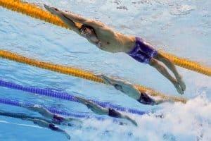 Aparat fotograficzny na dnie basenu olimpijskiego