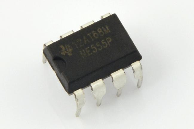 NE555 w obudowie do montażu przewlekanego.