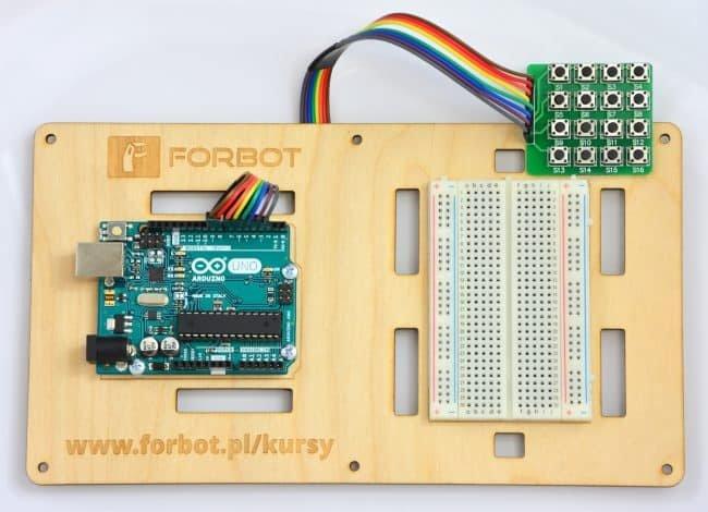 Pierwszy układ testowy z klawiaturą matrycową.