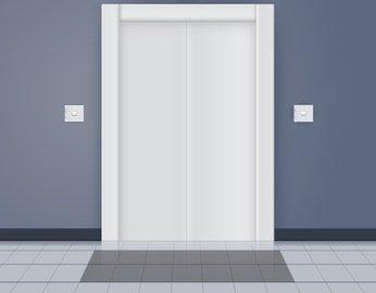 Przycisk po lewej, prawej i platforma przed drzwiami.
