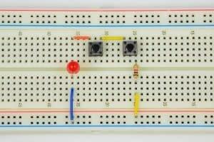 Oba przyciski puszczone – dioda wyłączona.