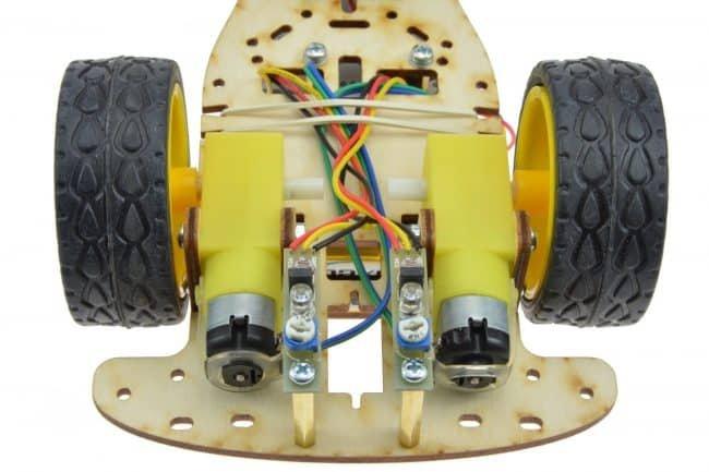 Przykład zamocowania przewodów za pomocą gumki.
