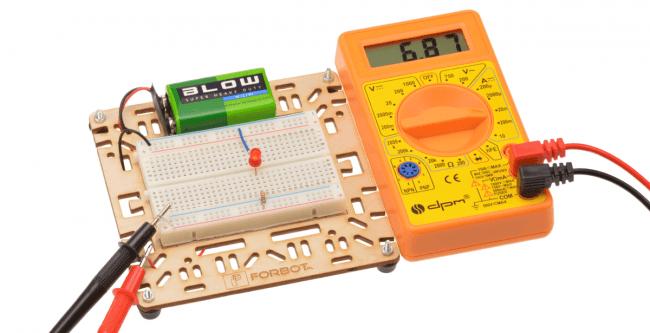 Pomiar poboru prądu przez diodę.Wykorzystana uniwersalna podstawka.
