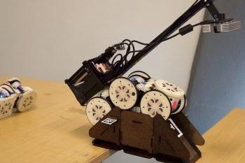 Ten robot potrafi zbudować most, aby wykonać zadanie