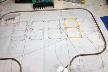 Układanie filamentów LED na szablonie.