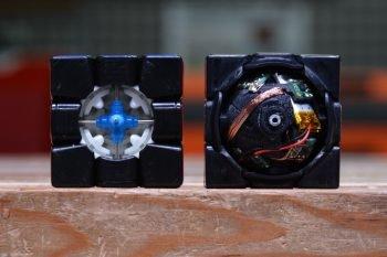 Robot układający wewnątrz kostki.