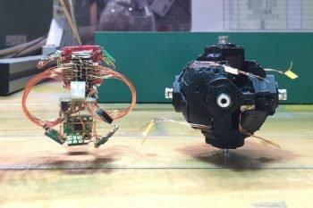 Rozdzielona mechanika i elektronika kostki.