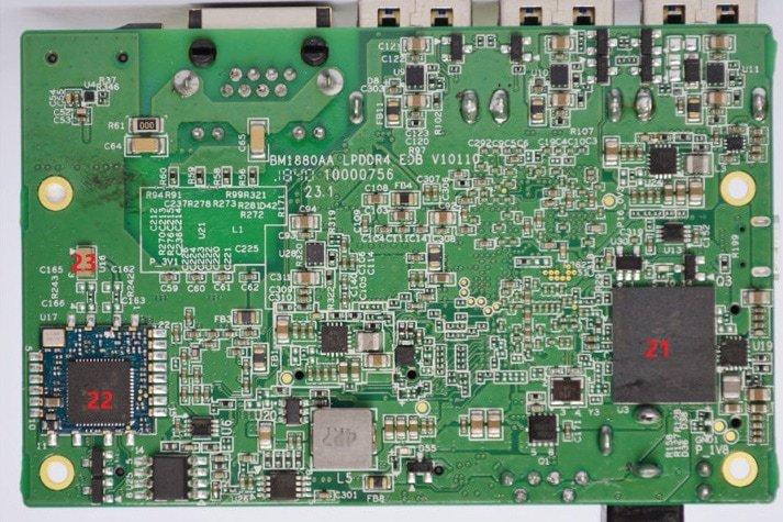 Widoczny m.in. moduł WiFi i pamięć eMMC
