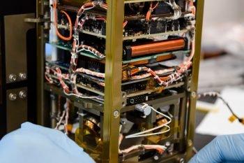 Elektronika w korpusie satelity