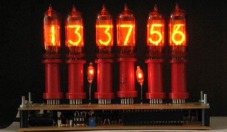 Klasyczny zegar korzystający z lamp NIXIE