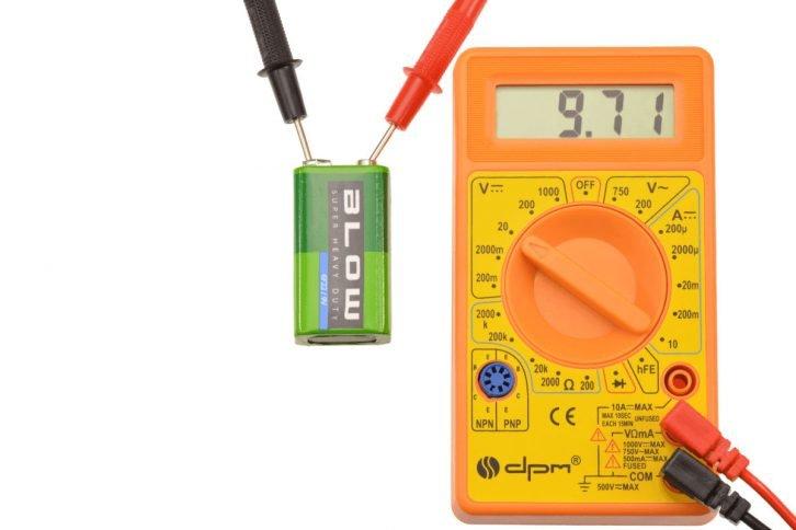 Bateria 9V - pomiar napięcia za pomocą multimetru