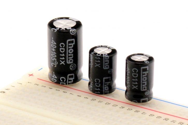 Kondensatory elektrolityczne połączone równolegle na płytce stykowej