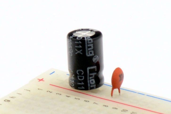 Kondensator elektrolityczny i kondensator ceramiczny na płytce stykowej