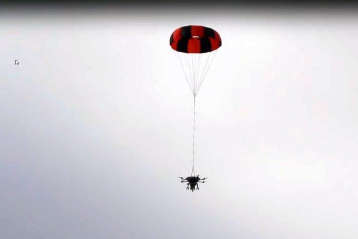 Oktakopter opadający na spadochronie