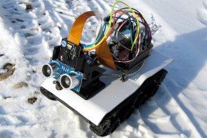 Pojazd gąsienicowy z kamerą sterowany przez przeglądarkę
