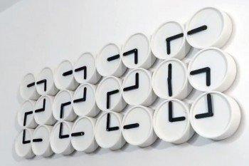 Zegar cyfrowy DIY zbudowany z wielu zegarów analogowych