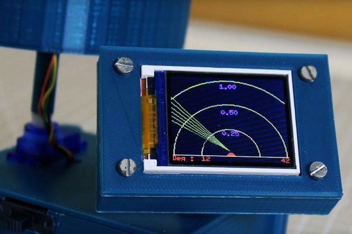 Ekran radaru z aktualnymi odczytami