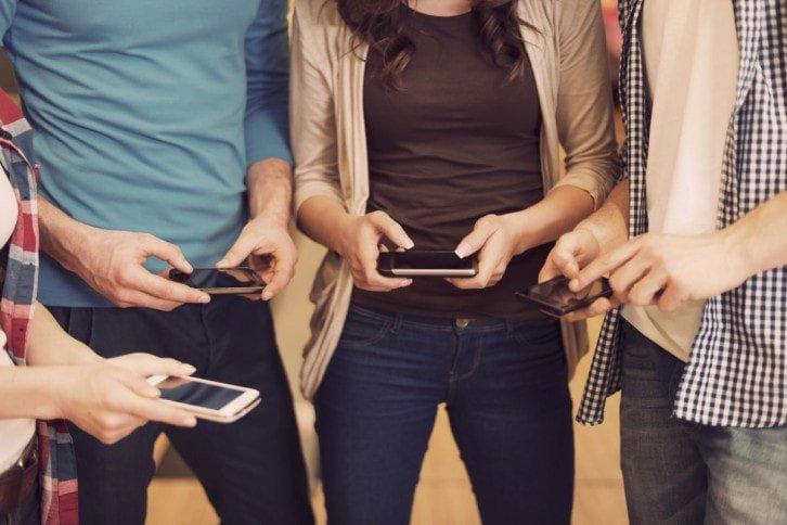Z internetu mobilnego najchętniej korzystają osoby w wieku od 15 do 34 lat