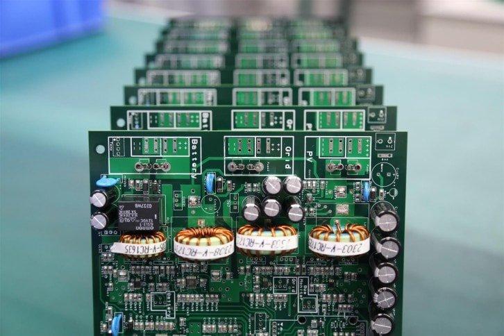 Płytka PCB z widocznymi elementami powierzchniowymi i przewlekanymi