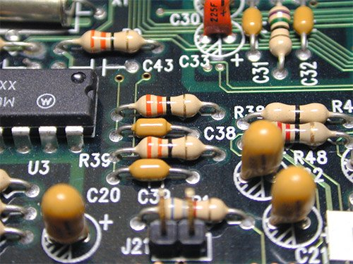 Przykład obwodu wykonanego w technologi przewlekanej (THT)