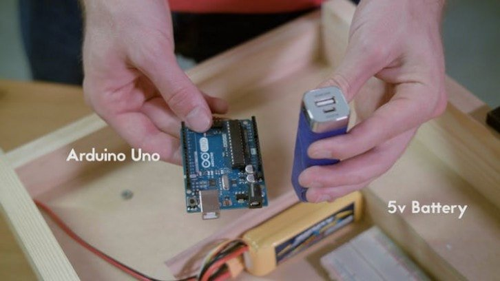 Źródło zasilania dla części elektronicznej, w tle bateria dla napędów