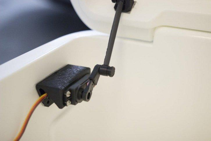 Mechanizm sterujący zamykaniem i otwieraniem klapy lodówki