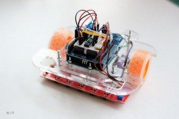 Wnętrze robota z widoczną płytką Arduino UNO