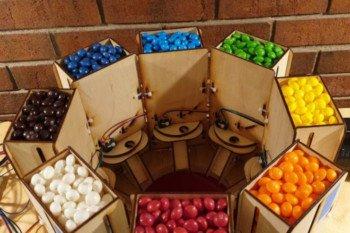 Dozowniki pełne cukierków