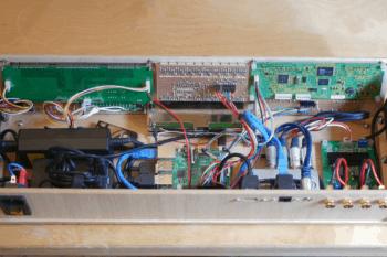 Wygląd wnętrza urządzenia wraz z płytką Raspberry Pi