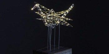 Żuraw w stylu origami z drutu i diod świecących