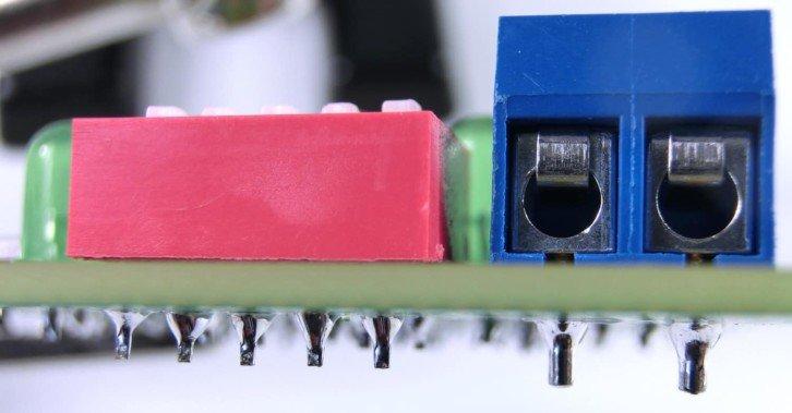 Montaż THT - widok na elementy nad płytką oraz luty po drugiej stronie PCB