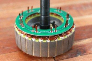 Do zmiany połączeń silnika autor wykorzystał PCB
