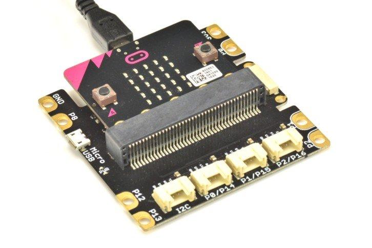 Płytka micro:bit wsunięta w adapter Grove