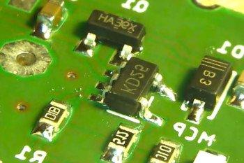 Gdy temperatura wzrasta, spoiwo łączy elementy z PCB