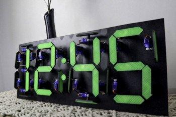 Cyfrowy zegar 7-segmentowy z 28 serwomechanizmów
