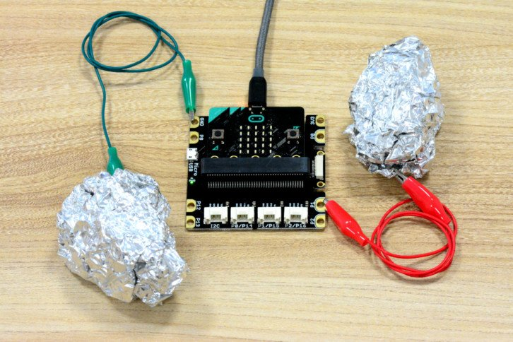 Aluminiowe kulki podłączone do micro:bita